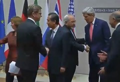 Kerry shakes hands with Iranian Negotiator
