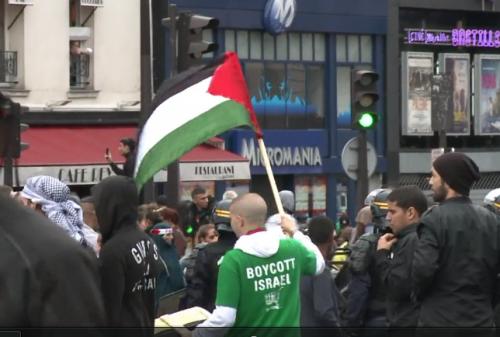 http://www.leparisien.fr/paris-75/paris-des-manifestants-pro-palestiniens-tentent-de-s-en-prendre-a-deux-synagogues-13-07-2014-3998677.php