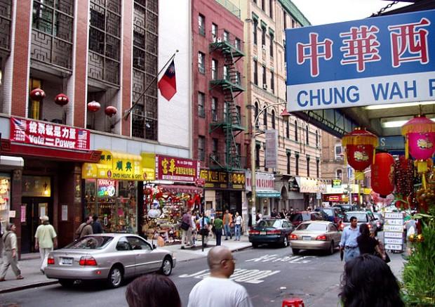 https://commons.wikimedia.org/wiki/File:Chinatown-manhattan-2004.jpg