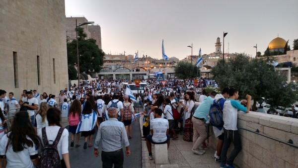 Jerusalem Day 2016 - Women walking to Western Wall