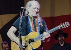 https://upload.wikimedia.org/wikipedia/commons/c/cb/Willie_Nelson_May_2012_-_9.jpg