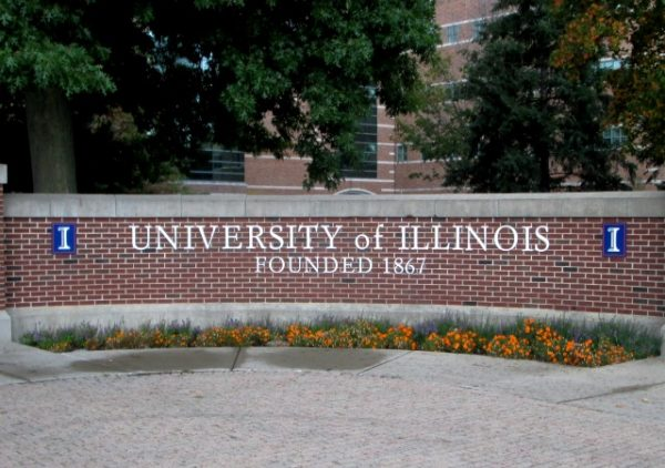 https://upload.wikimedia.org/wikipedia/commons/8/8e/Campus_entrance_marker_at_Wright_Street_and_University_Avenue_University_of_Illinois_at_Urbana-Champaign.jpg