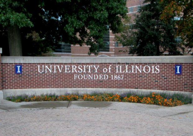 https://upload.wikimedia.org/wikipedia/commons/8/8e/Campus_entrance_marker_at_Wright_Street_and_University_Avenue_University_of_Illinois_at_Urbana-Champaign.jpg